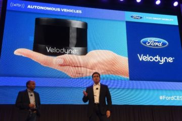 Ford CEO Mark Fields (R) and Executive Vice President Raj Nair speak about Velodyne's Puck sensor for autonomous vehichles, on January 5, 2016 in Las Vegas, Nevada (AFP Photo/Robyn Beck)