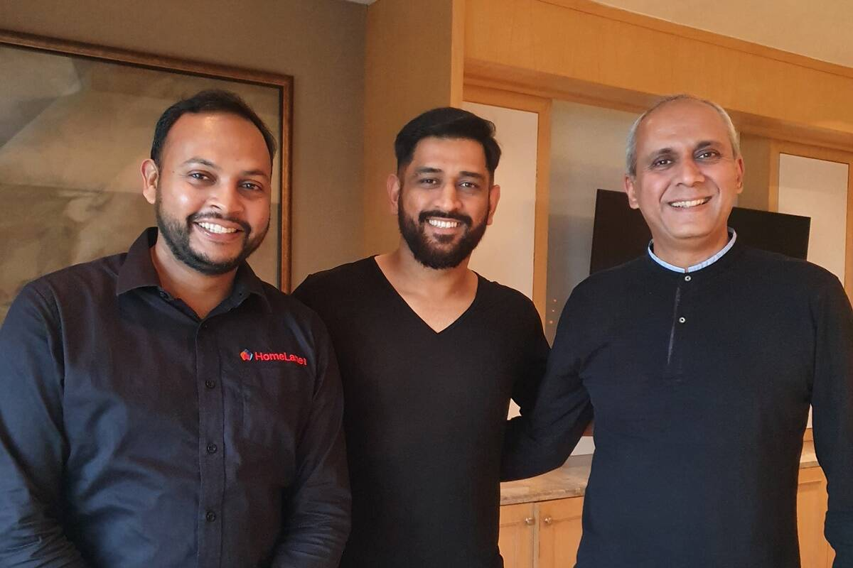 MS Dhoni along with HomeLane.com Cofounder & COO Tanuj Choudhary (Left) and HomeLane.com Cofounder and CEO Srikanth Iyer (Right)